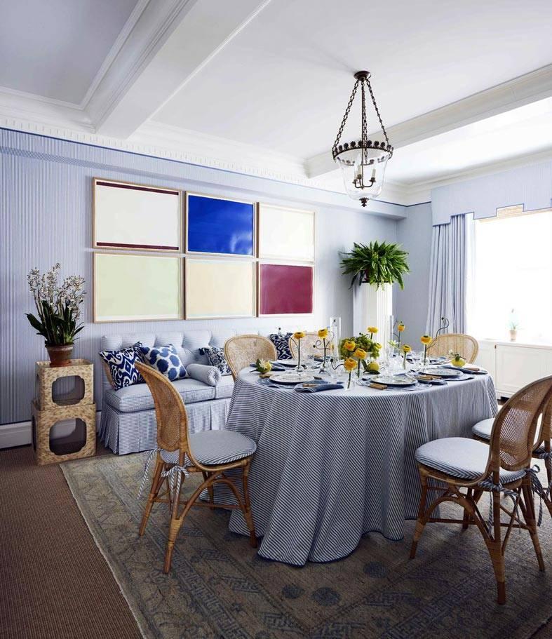 столовая комната с диваном и картинами на стене