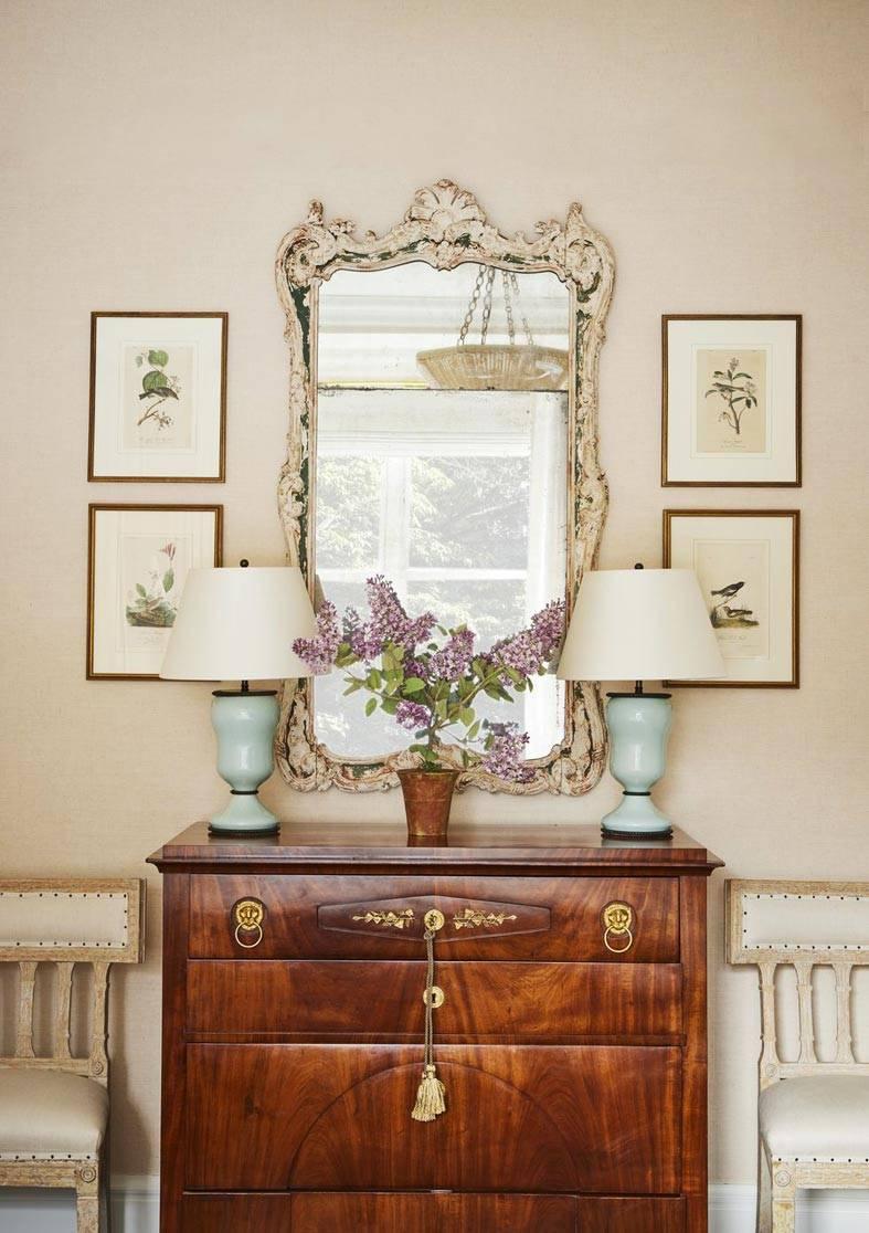 винтажный комод и зеркало в резной раме фото