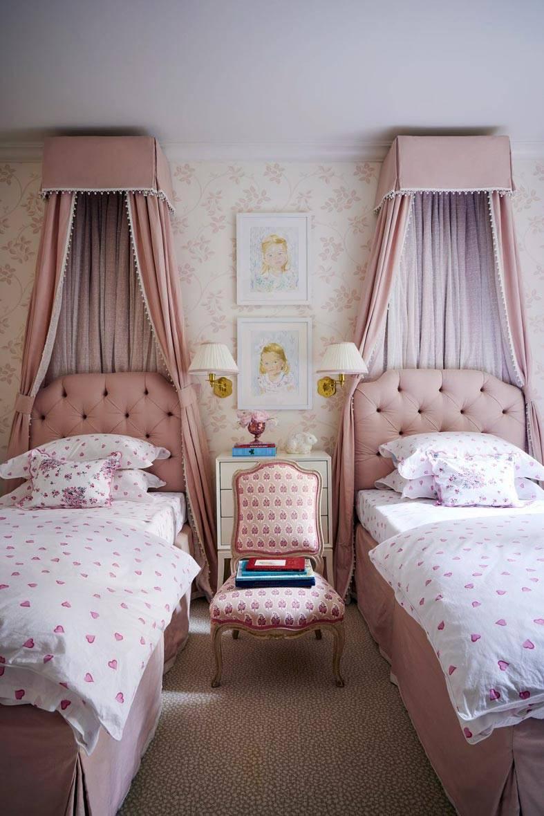 кровати с розовыми балдахинами в детской спальне