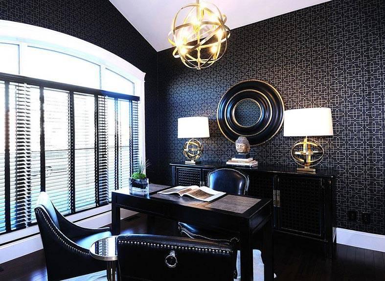 черные обои и золотистые декоративные элементы