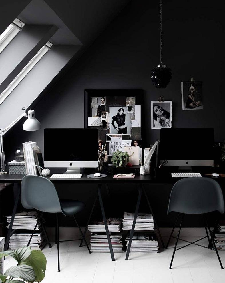 домашний офис на мансарде с черным интерьером