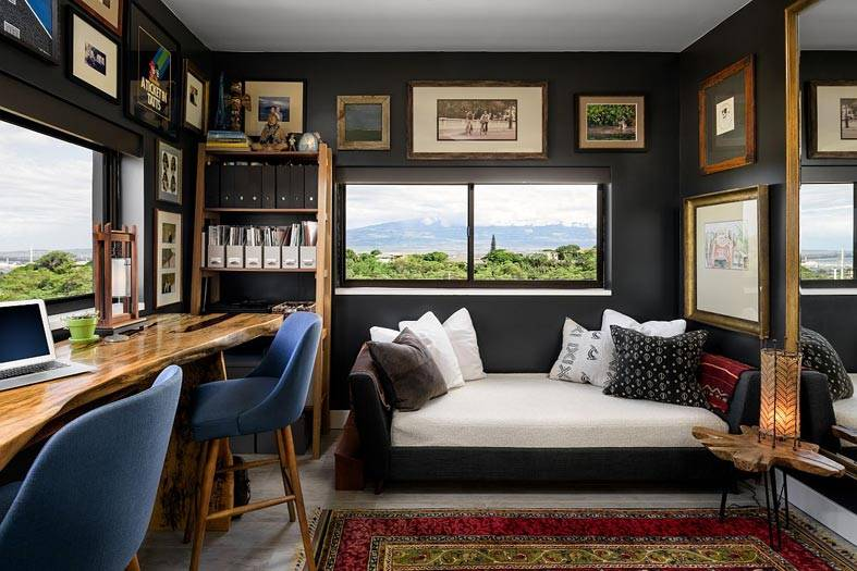 рабочий кабинет с двумя окнами и картинами на стенах