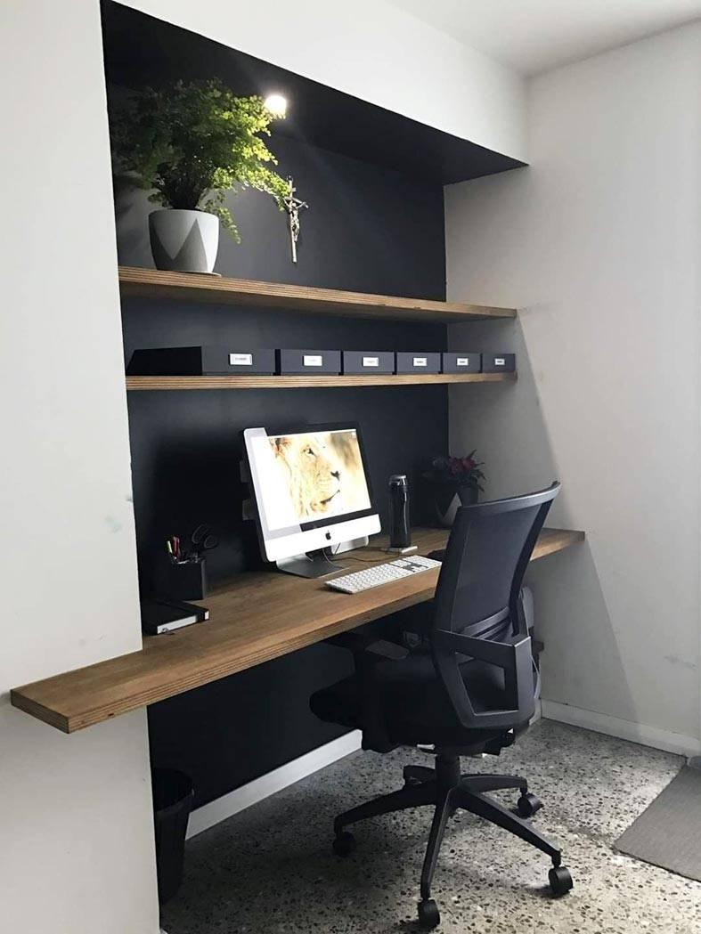 встроенный в нишу домашний офис с деревянными полками