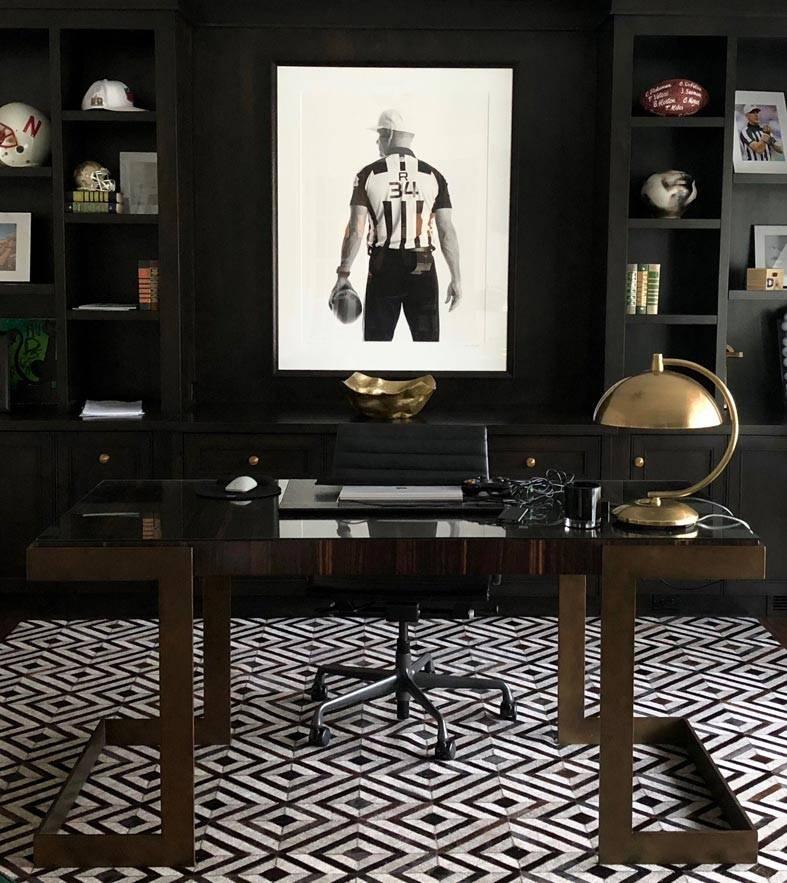 домашний кабинет с черными шкафами-стеллажами