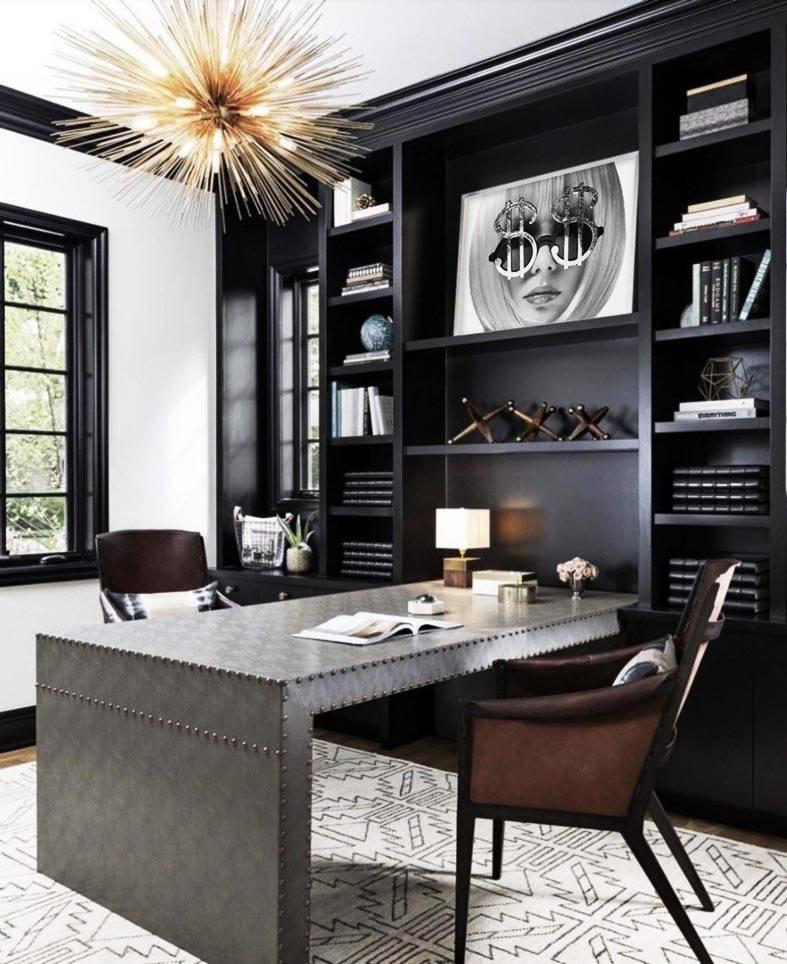 один стол и два стула за рабочим местом