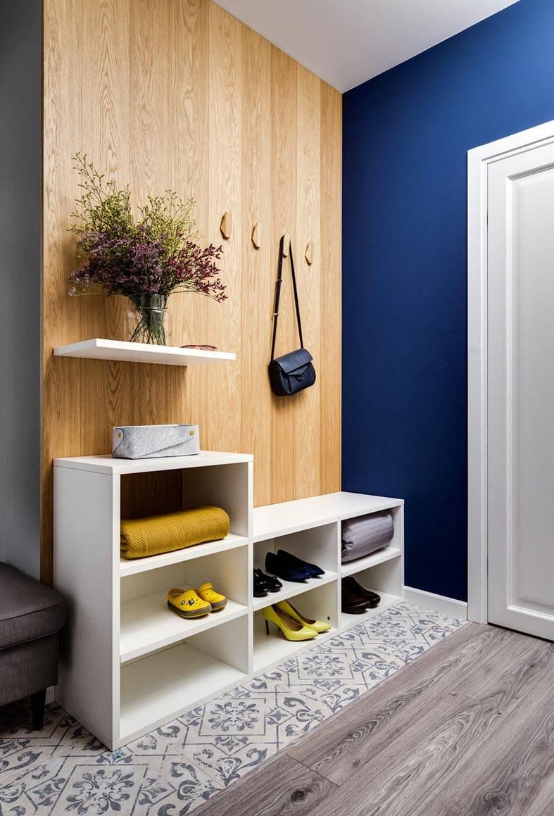 облицовка из дерева в интерьере и синяя стена