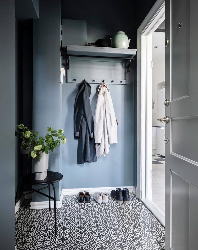 маленькая комната синего цвета и напольная плитка с узором