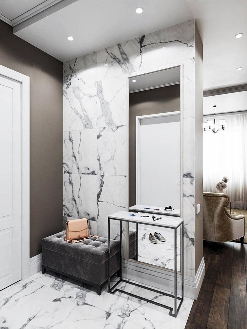 белая плитка в цвет мрамора на стене прихожей квартиры
