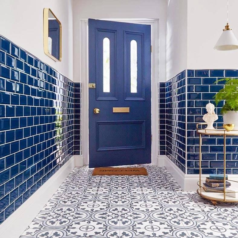 красивая глянцевая синяя плитка на полстены прихожей
