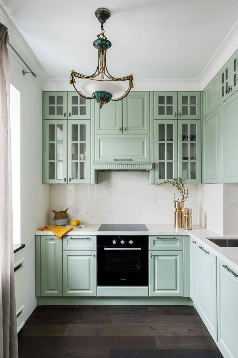 пастельная кухня с винтажной люстрой фото