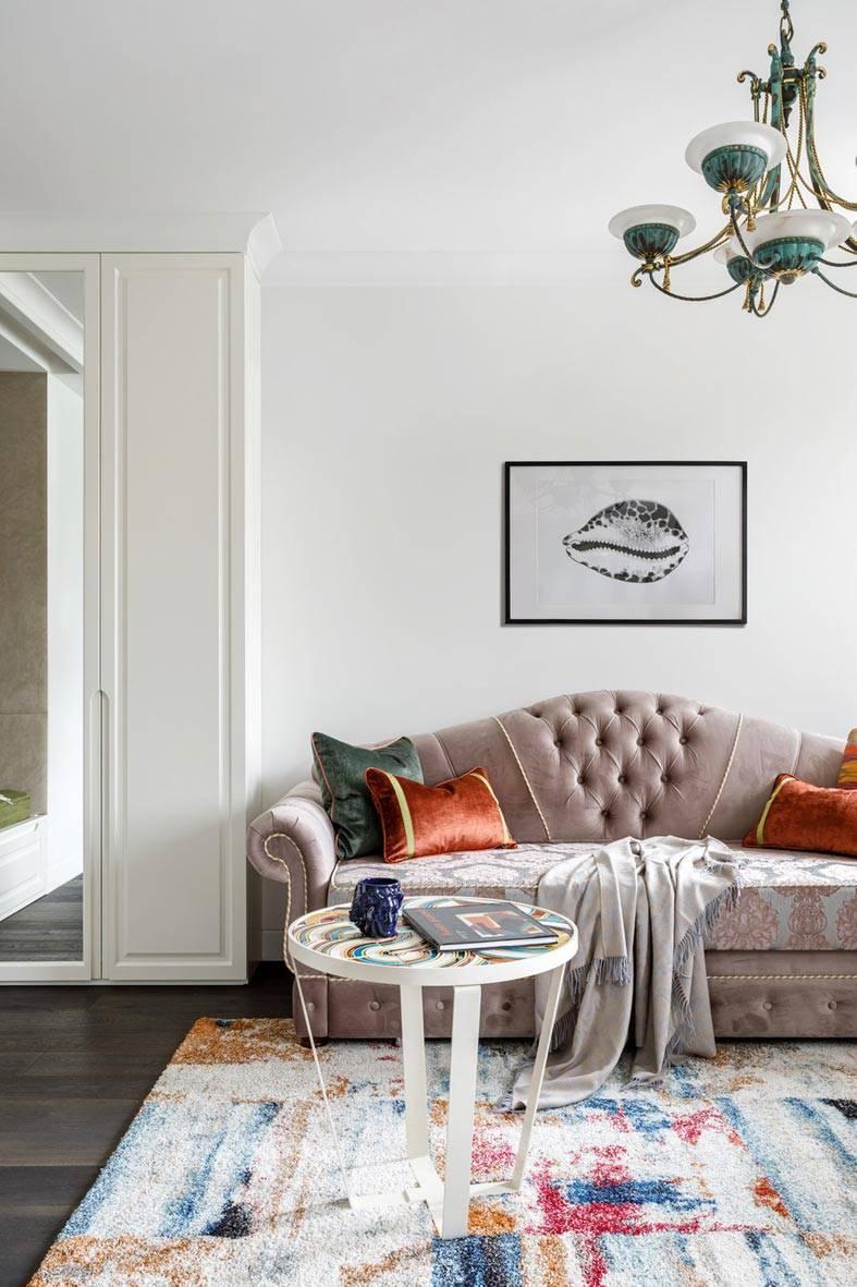 шикарный винтажный диван с бархатной обивкой
