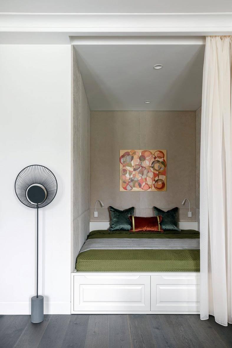 спальная зона в нише прикрыта белой шторой