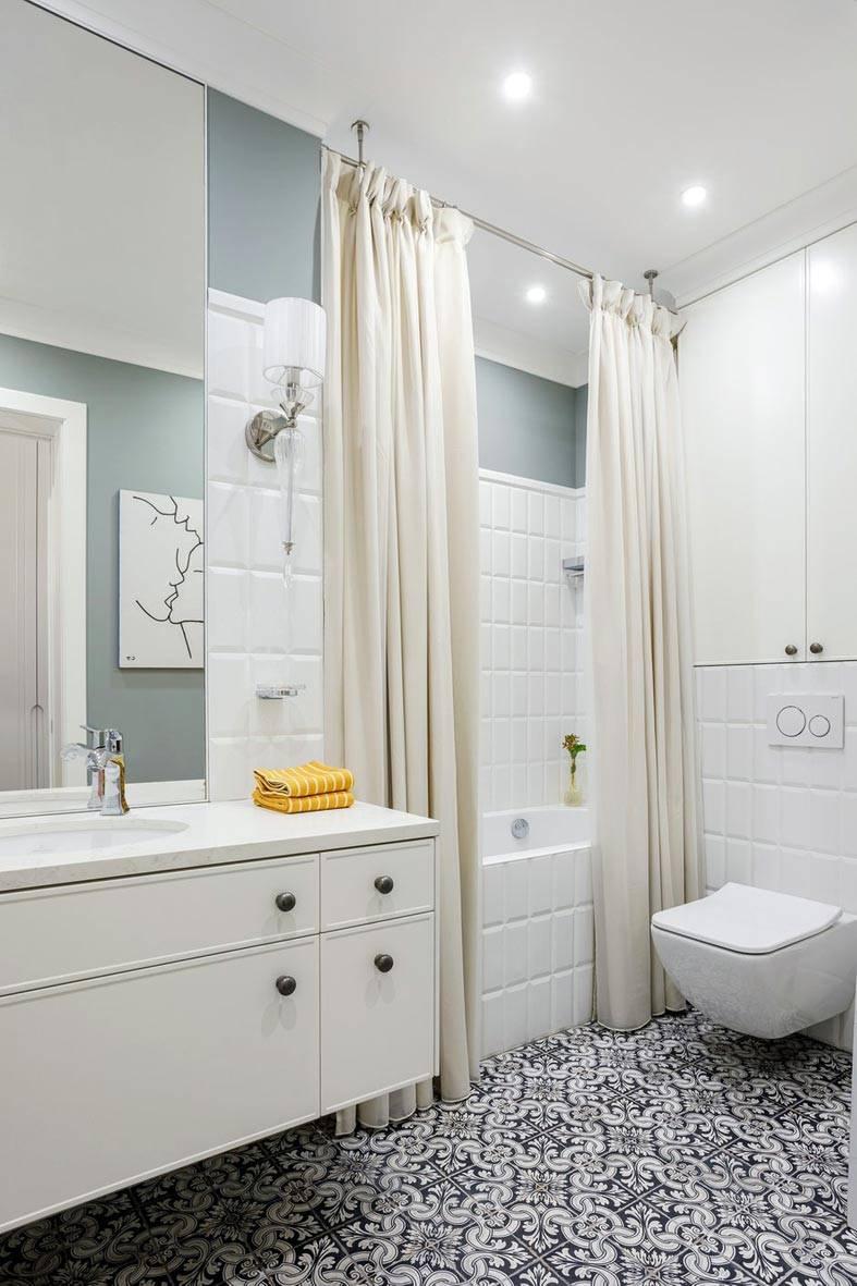 красивая узорная плитка в бело-серой ванной комнате