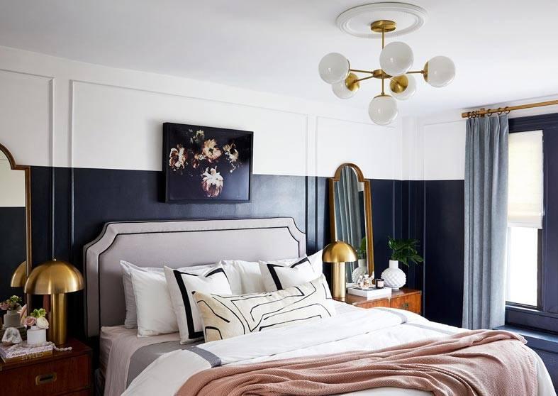 люстра с круглыми плафонами над кроватью в спальне