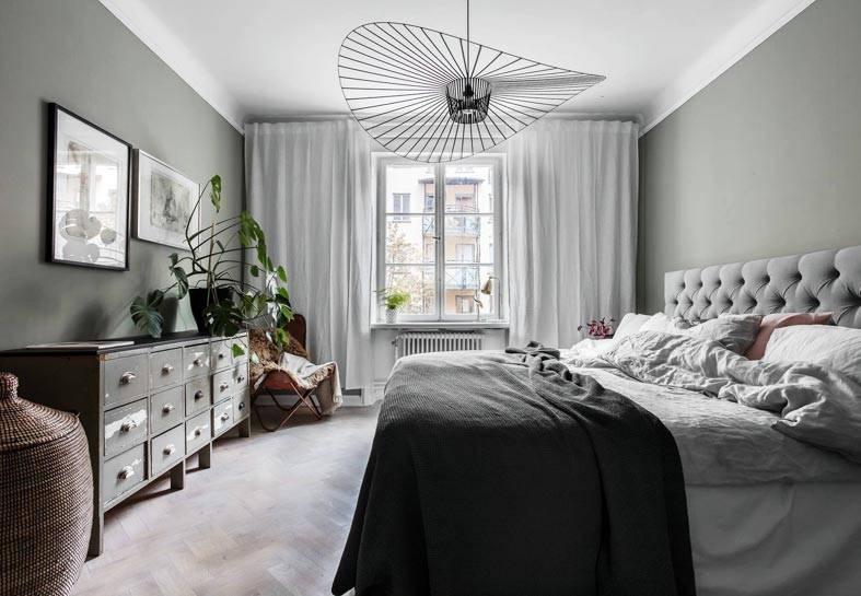люстра экстравагантной формы в сером интерьере спальни