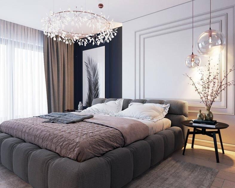 белые молдинги в спальне и красивые светильники возле кровати