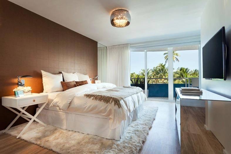 коричневая акцентная стена в спальне с видом на море