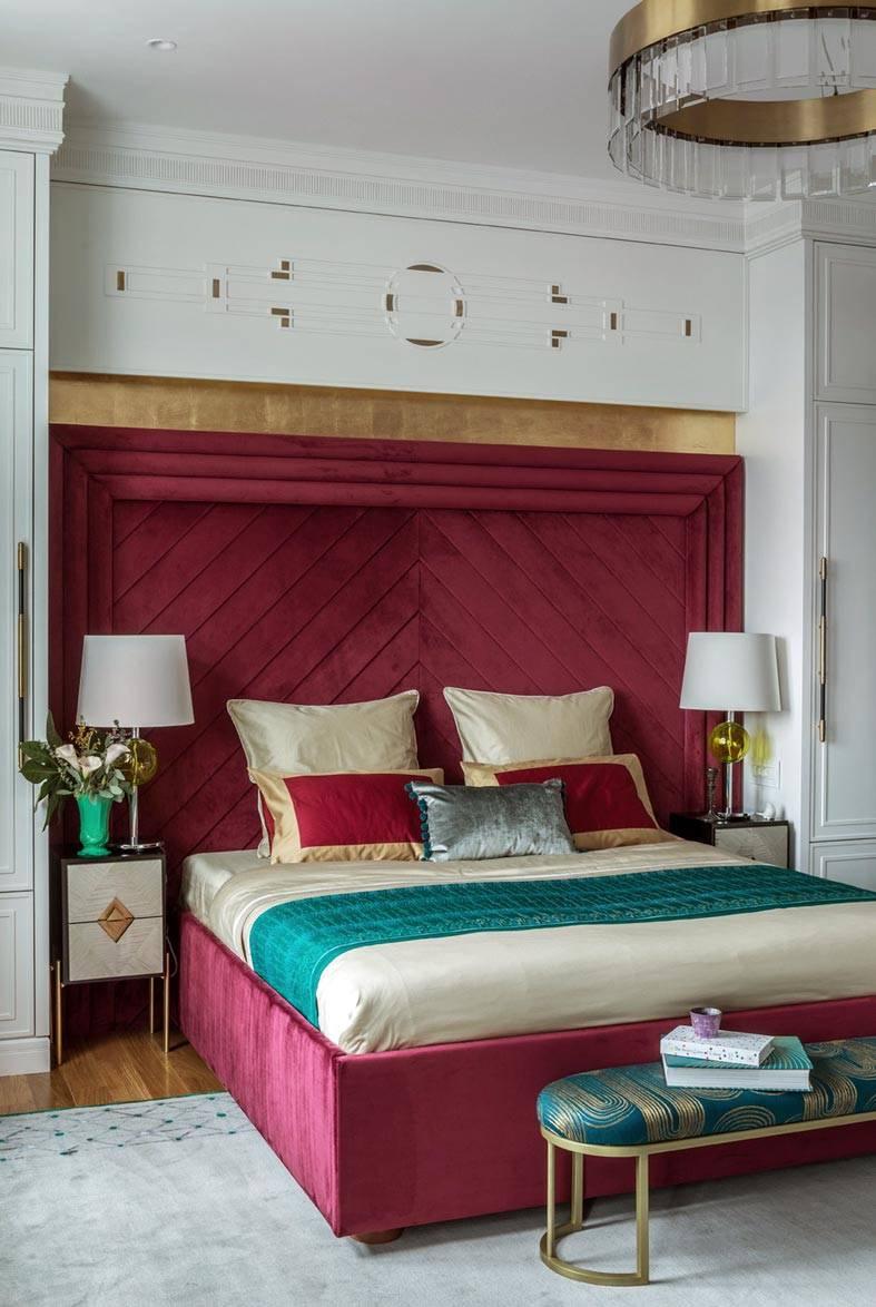 изголовье кровати из красного бархата, металическая люстра