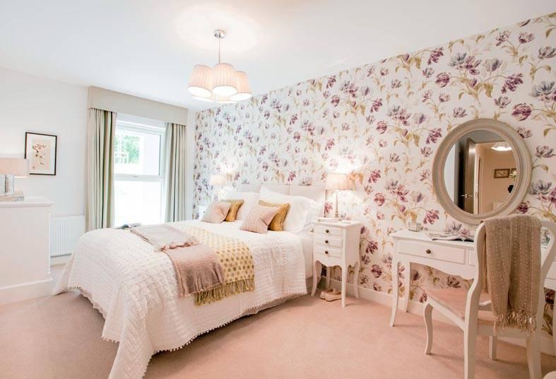 классическое офрмление спальной комнаты с цветочными обоями