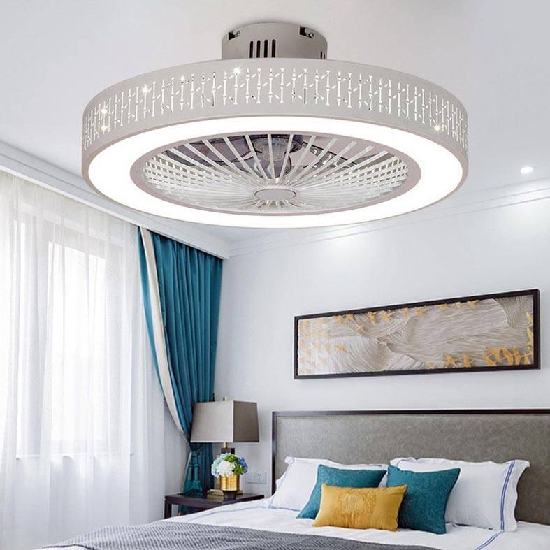 большая современная круглая люстра над кроватью