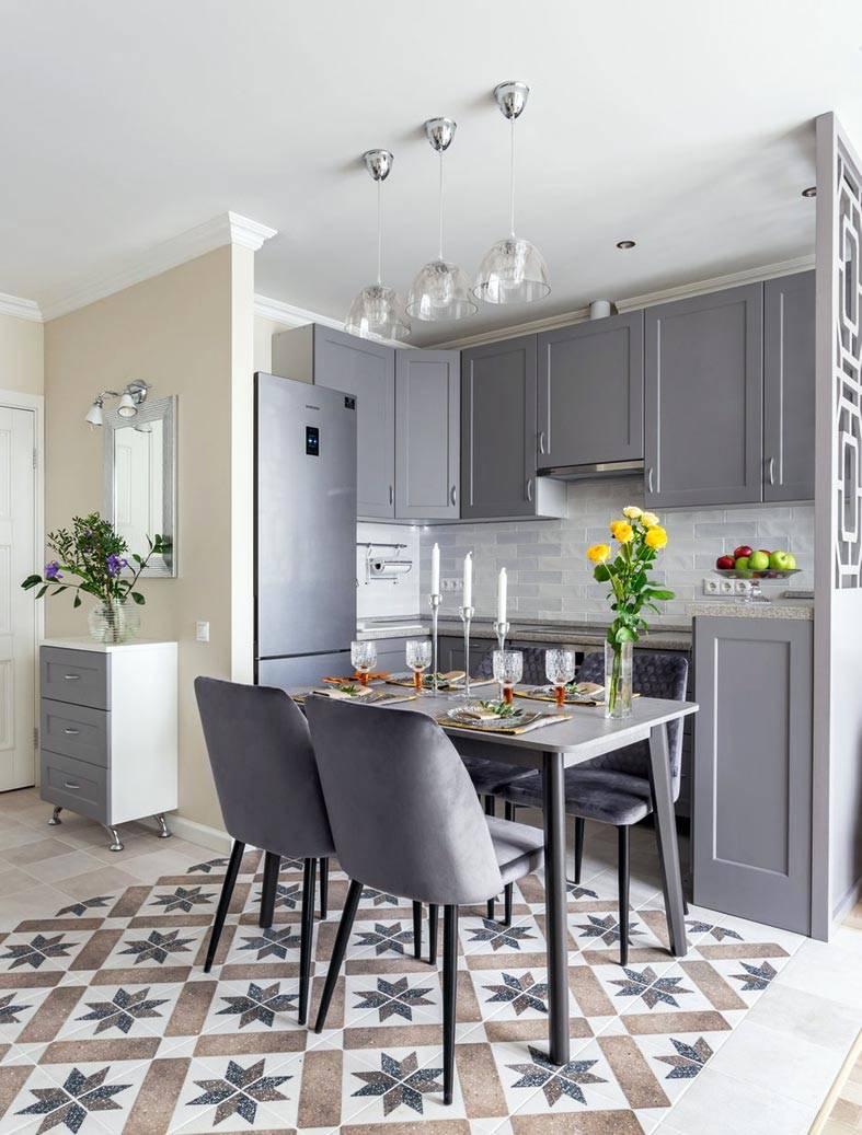 зона кухни на полу отделана плиткой с рисунком