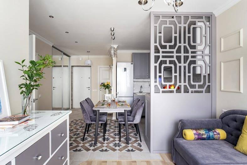 просторная двухкомнатная квартира с перегородкой между кухней