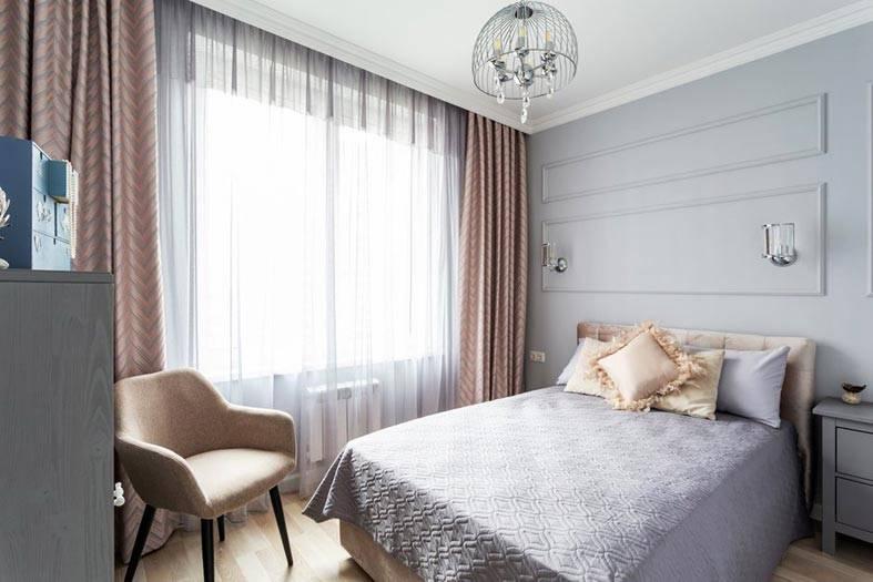 кровать с мягким изголовьем и удобным креслом рядом