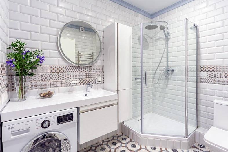 стены ванной комнаты выложены белой плиткой кабанчик