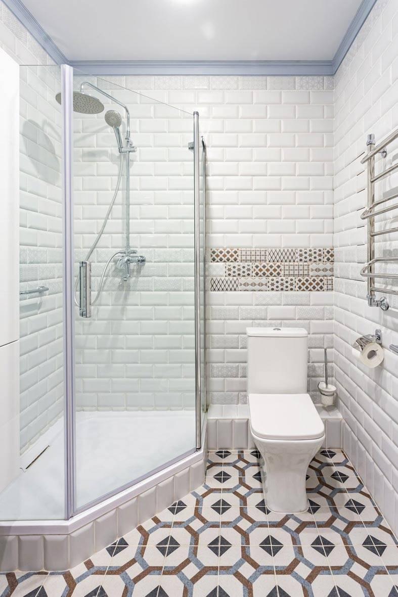 душевая кабина в белой ванной и унитаз