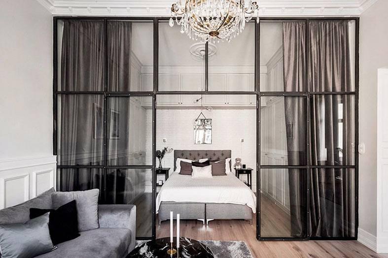 шторы и перегородка из стекла в зоне спальни