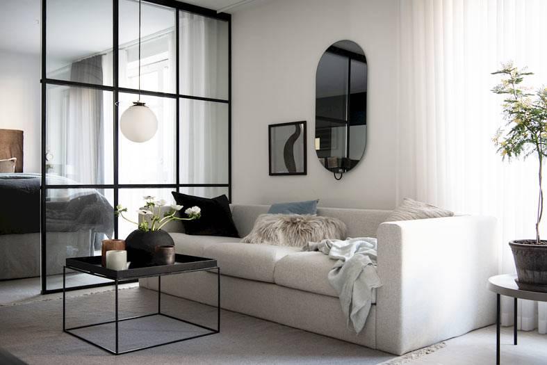 белый диван и каркасная перегородка в спальне фото