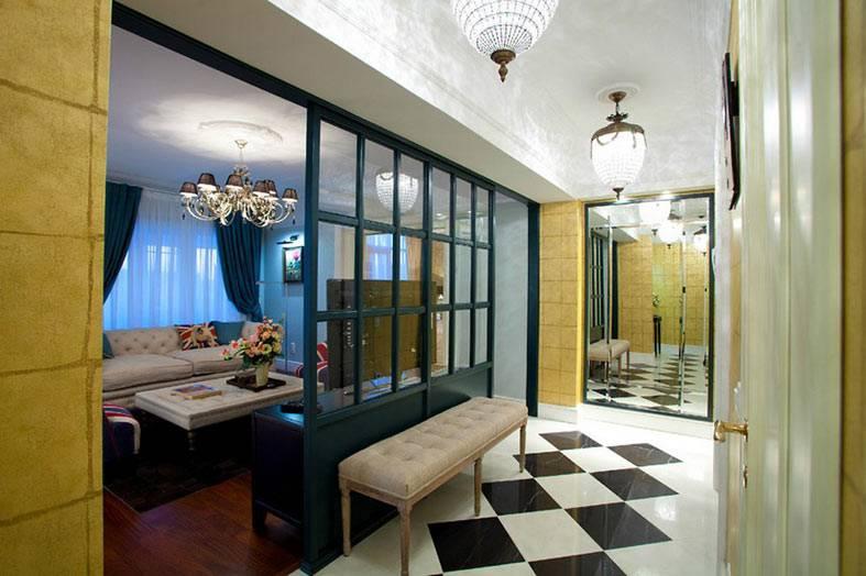 стена из стекла между гостиной и прихожей