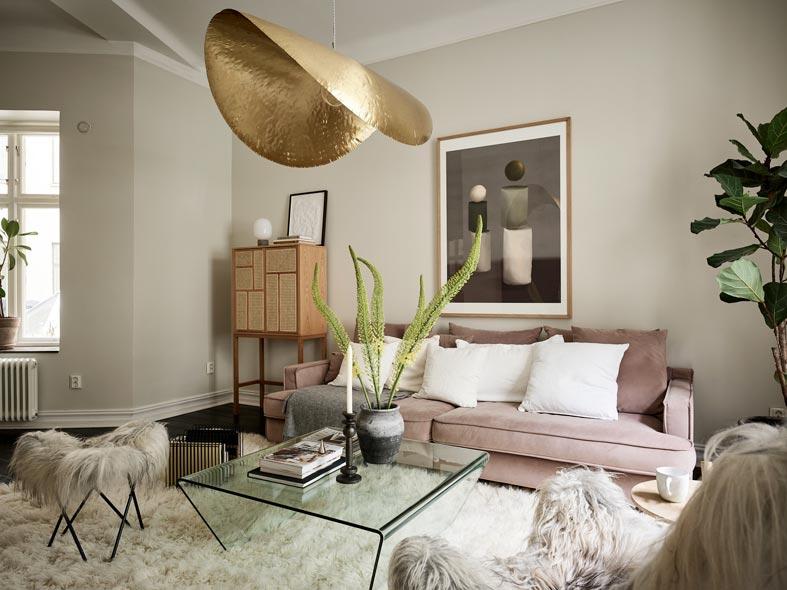 мягкий уютный диван, пушистый ковер, меховые кресла