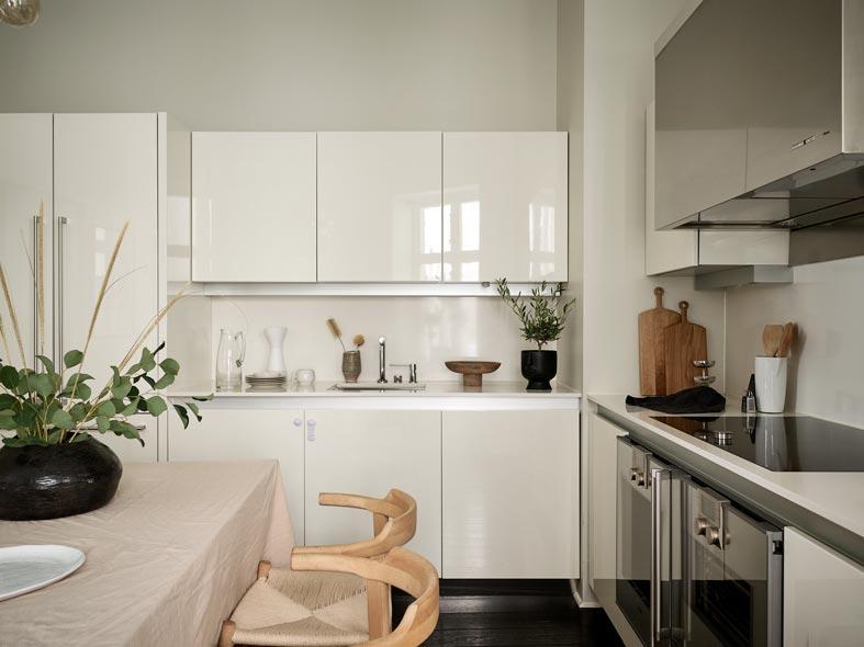 скандинавская кухня с глянцевыми шкафчиками