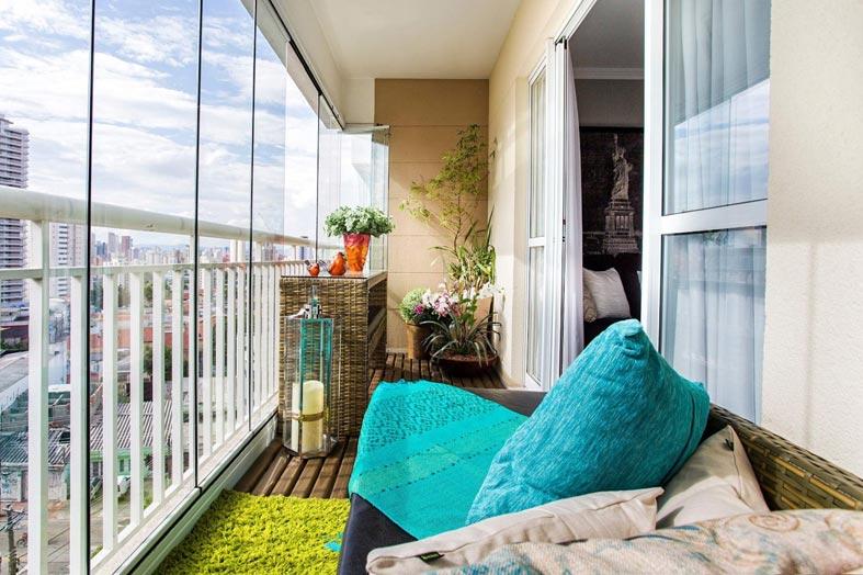 балкон с панорамным видом и стеклами без рамы
