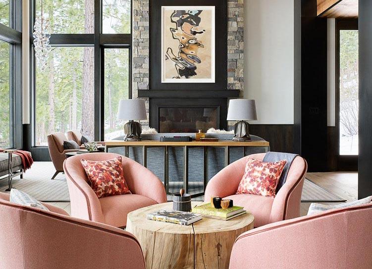 мягкие розовые кресла, журнальный стол из пня дерева