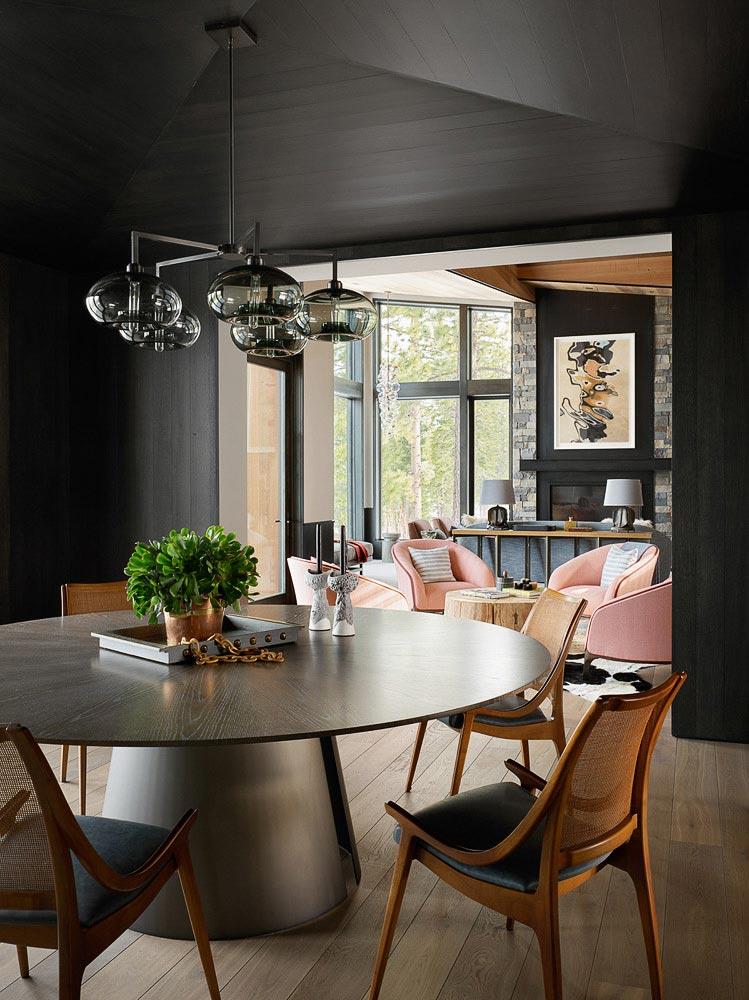 комната для обедов с черным потолком, круглый стол