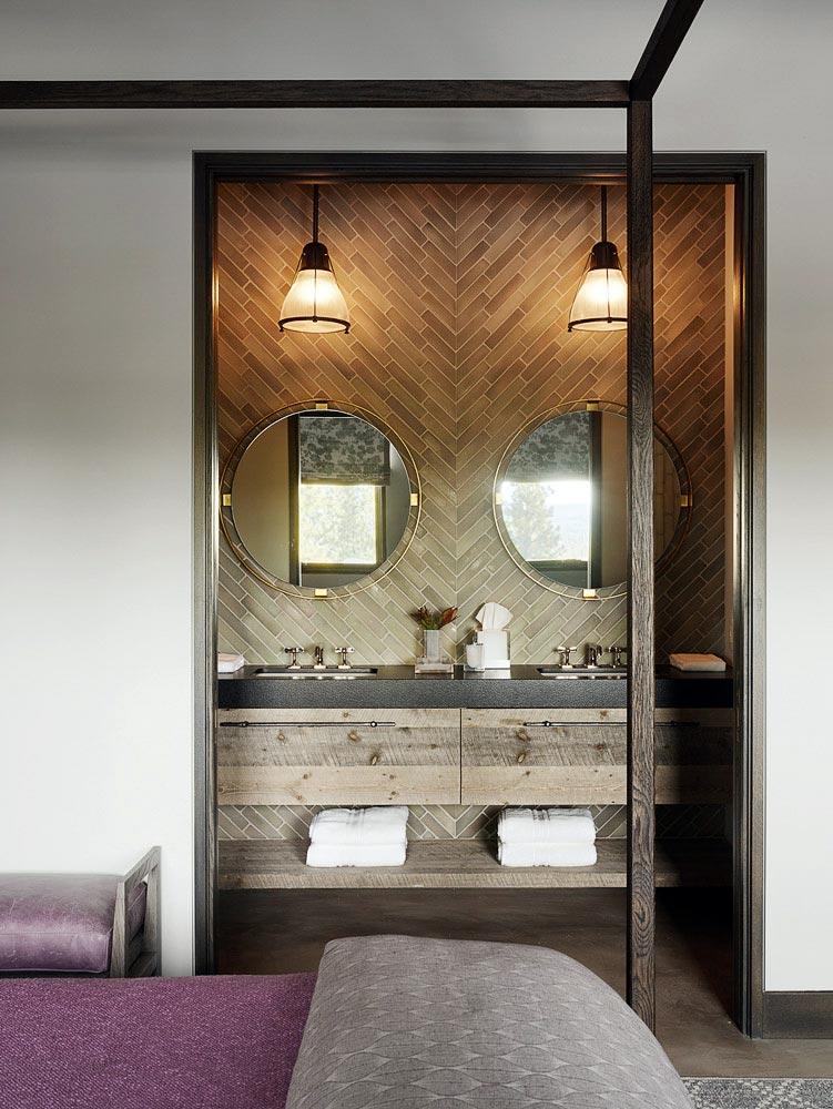 ванна, присоединенная к спальне, два круглых зеркала