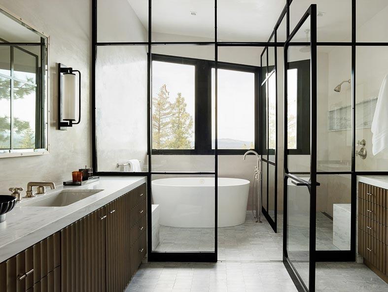 ванная комната с окном и стеклянной перегородкой