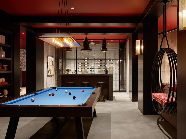 красная игровая комната в доме - бильярд, бар