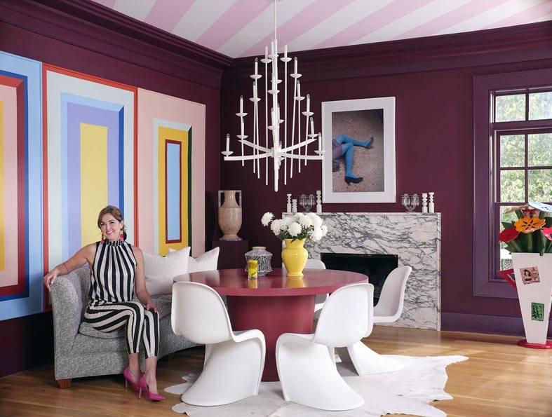фиолетовые стены, потолок в розовую полоску