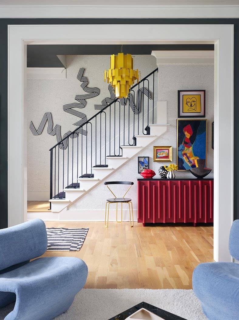 вычурный дизайн прихожей и лестницей на второй этаж