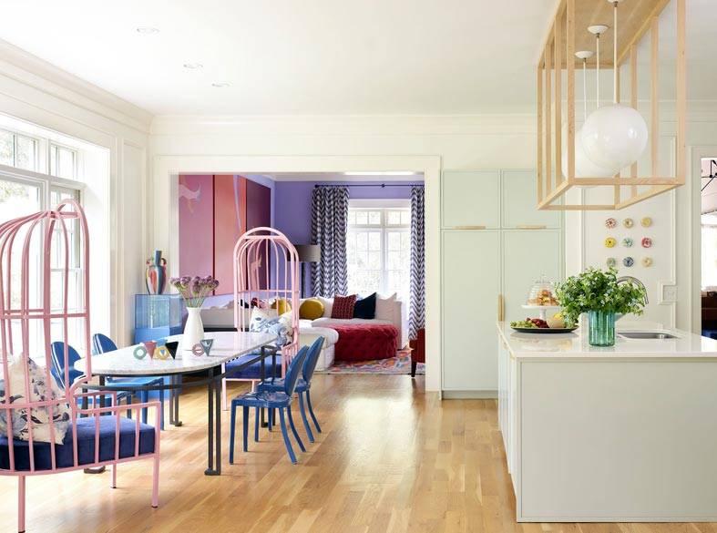 светлая кухня с обеденным столом и стулья-троны