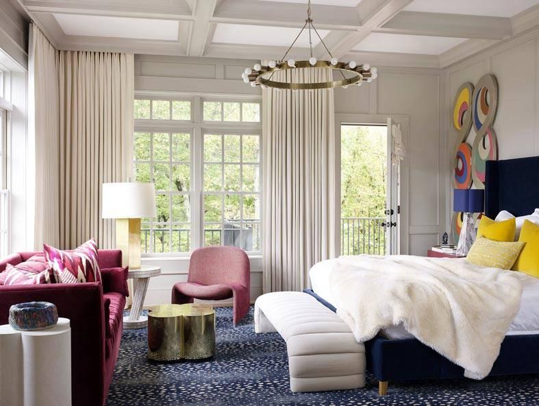 роскошная спальня с черной кроватью и розовом диване
