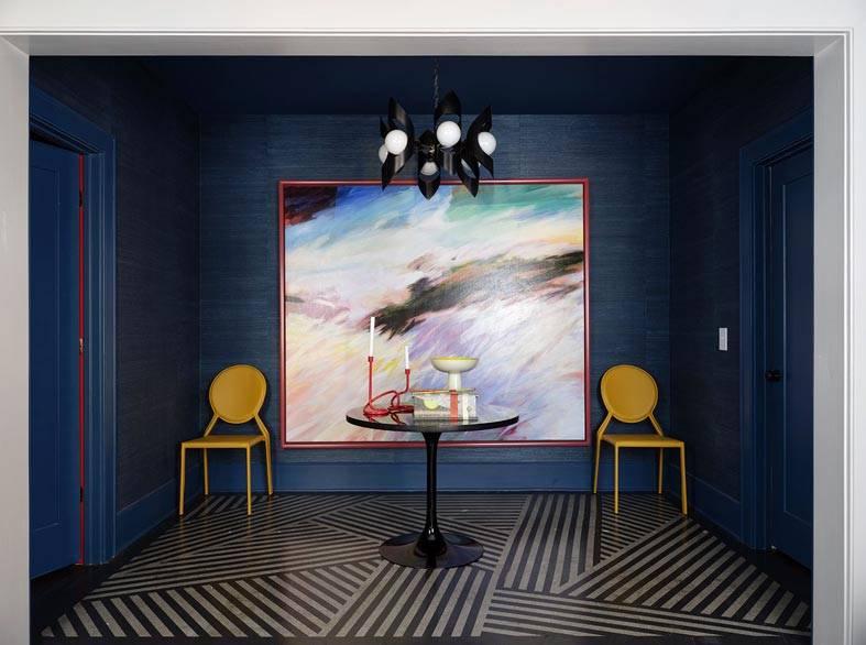 цвет индиго на стенах и потолке в коридоре дома