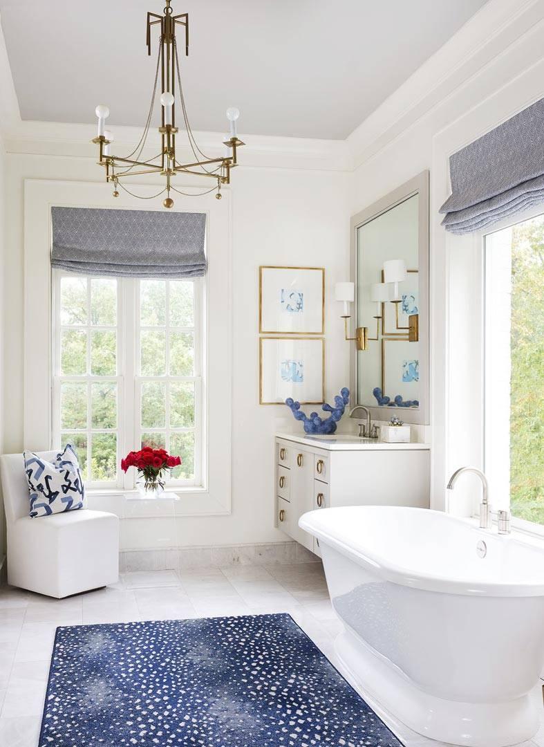 большое помещение для ванной с двумя окнами