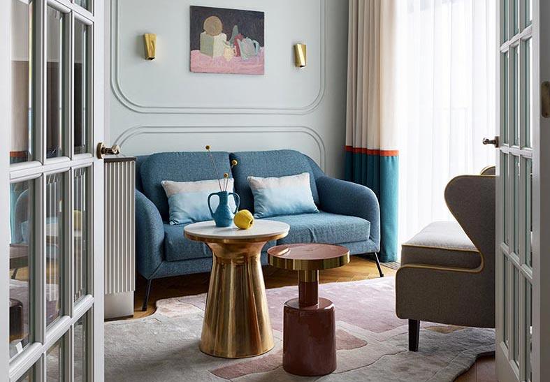синий диван в стиле ретро в гостиной комнате