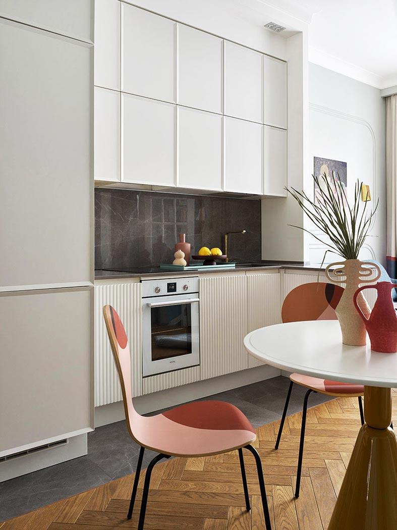 маленькая встроенная кухня в однокомнатной квартире