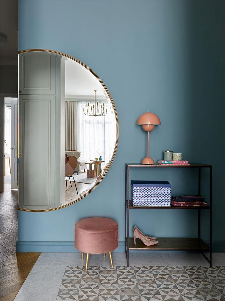 большое круглое зеркало в прихожей квартиры