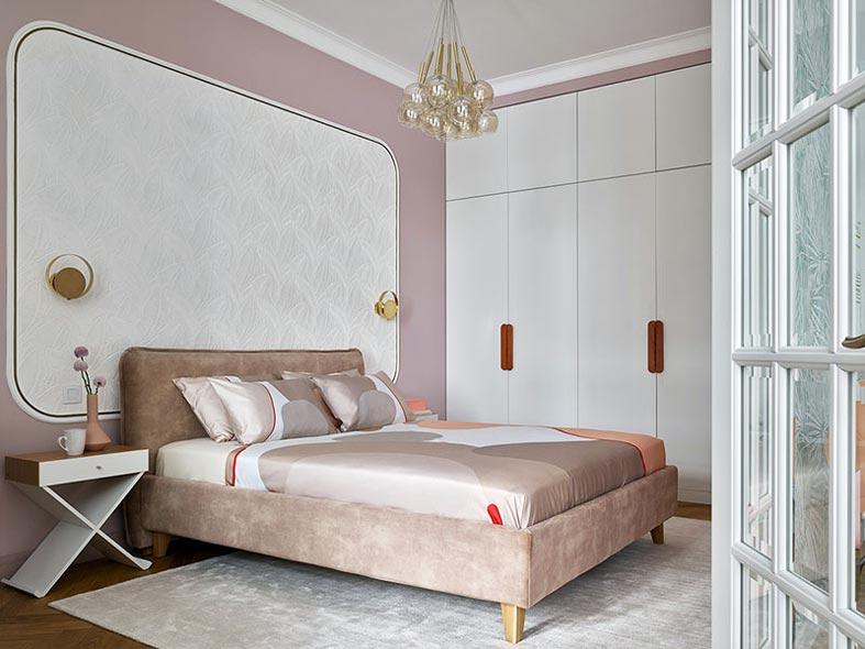 романтичная спальня, кровать с бархатным изголовьем